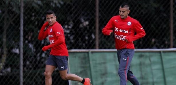 b179f2fb0b 12.jun.2014 - Arturo Vidal e Alexis Sánchez participam de treinamento do  Chile