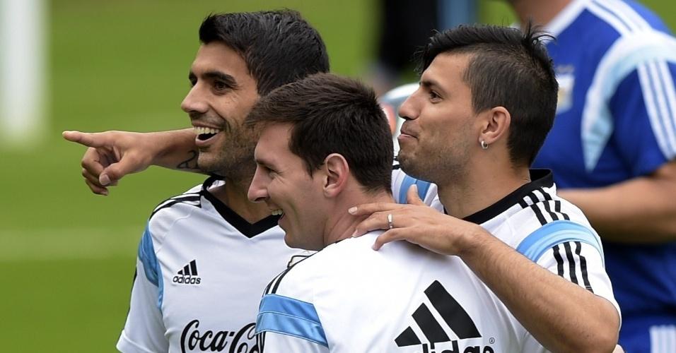 12.jun.2014 - Augusto Fernandez, Lionel Messi e Sergui Aguero se divertem durante treino da Argentina