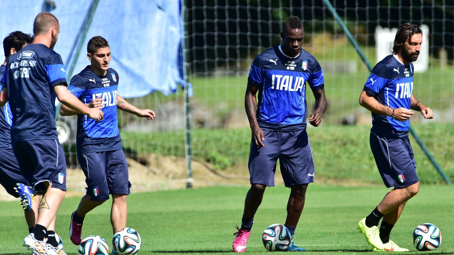 12.jun.2014 - Balotelli e Pirlo participam de treino com bola da seleção da Itália no Rio de Janeiro