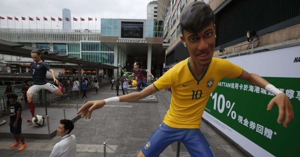 12.jun.2014 - Boneco gigante de Neymar é atração em um shopping em Hong Kong; à esquerda é possível ver o boneco do francês Ribéry, que foi cortado da sua seleção por lesão