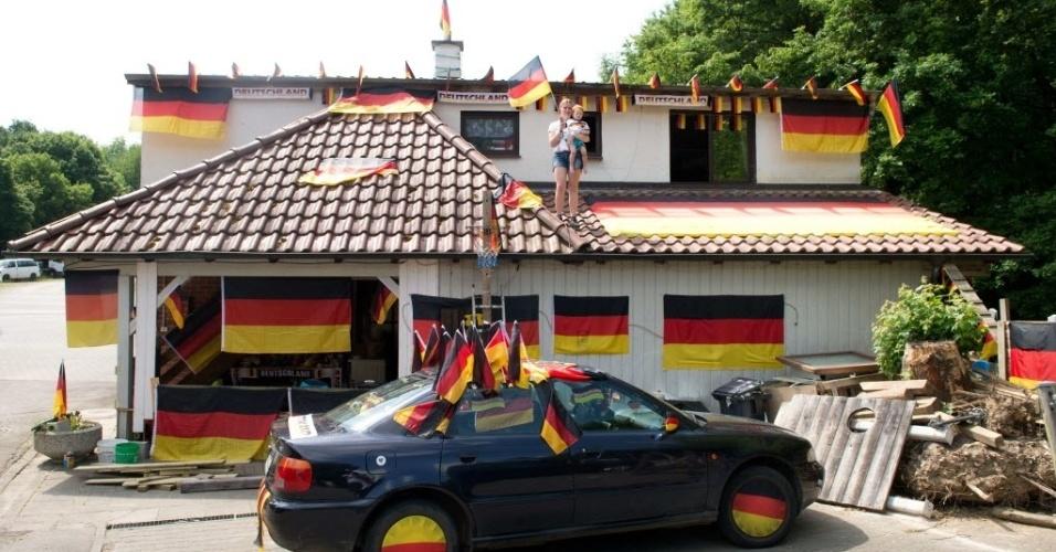12.jun.2014 - Carro, janelas, portas... Tudo ganhou as cores da Alemanha nesta casa em Manubach