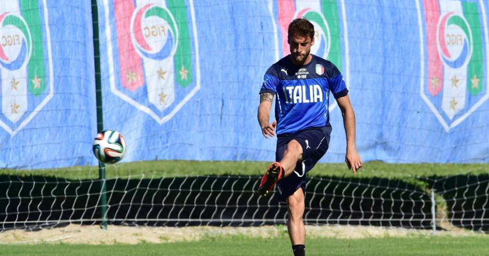 12.jun.2014 - Claudio Marchisio chuta bola durante treino da Itália no Rio de Janeiro