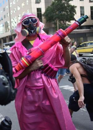 Com máscara de gás, manifestante se fantasiou de terrorista durante protesto contra a Copa no Rio de Janeiro, em junho