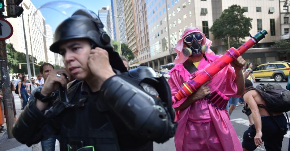 12.jun.2014 - Com máscara de gás, manifestante se fantasia de terrorista durante protesto contra a Copa no Rio de Janeiro
