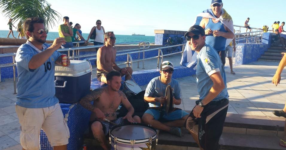 12.jun.2014 - Com pratos e bumbos, torcedores uruguaios fazem a festa em Fortaleza