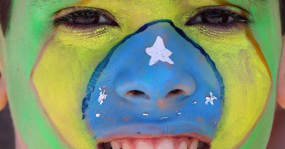 12.jun.2014 - Com rosto pintado, torcedor chega ao Itaquerão para acompanhar Brasil x Croácia