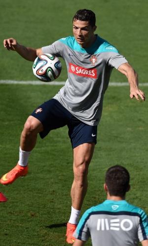 12.jun.2014 - Cristiano Ronaldo controla a bola durante treino de Portugal, em Campinas