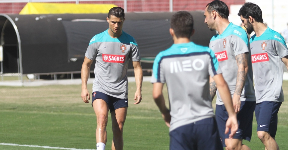 12.jun.2014 - Cristiano Ronaldo participa de treino de Portugal