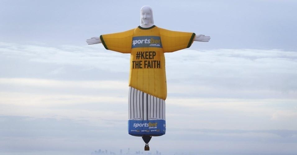 12.jun.2014 - Cristo Redentor inflável vira balão e sobrevoa a cidade de Sydney com a camisa da seleção australiana