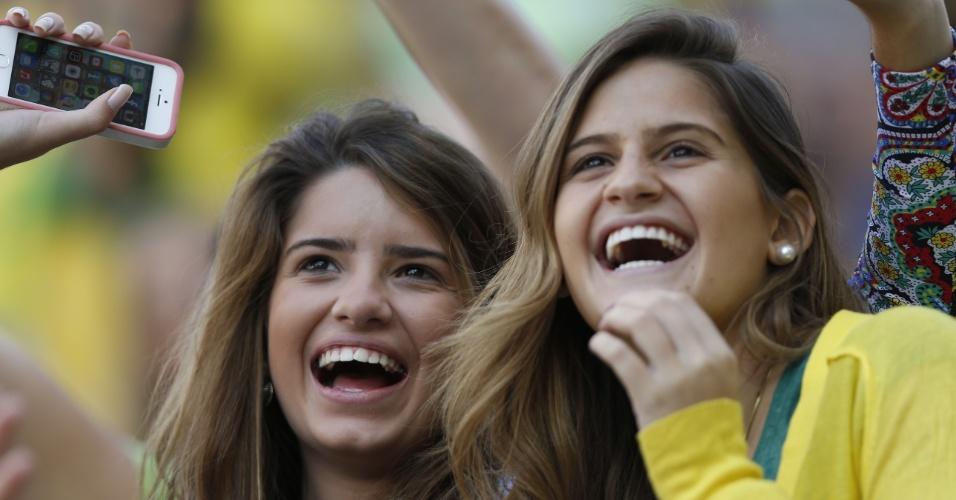 12.jun.2014 - Dupla de torcedoras se diverte aguardando o começo de Brasil x Croácia no Itaquerão