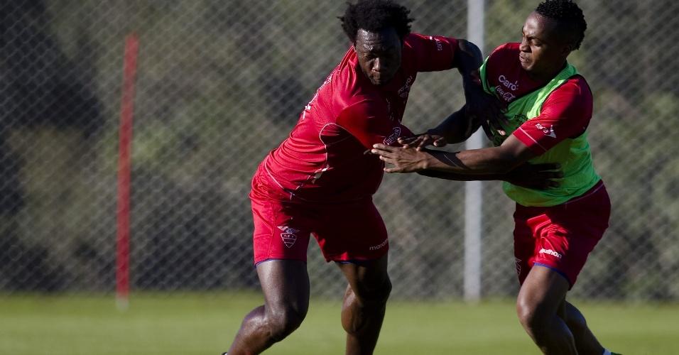 12.jun.2014 - Felipe Caicedo (esq.) disputa bola com Renato Ibarra (dir.) em treinamento da seleção equatoriano em Viamão (RS)