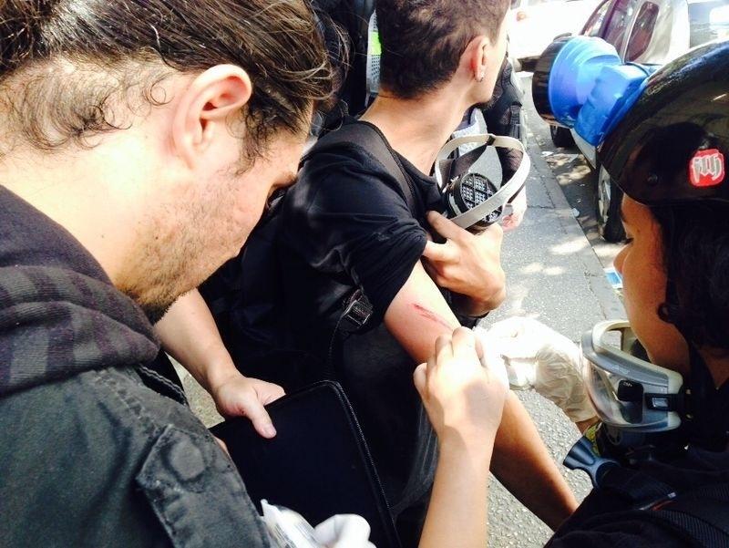 12.jun.2014 - Feridos por estilhaços de bombas de efeito moral usadas pela polícia recebem atendimento médico na Radial Leste, em São Paulo