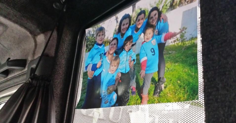 12.jun.2014 - Fotos de familiares acompanham os torcedores uruguaios na van