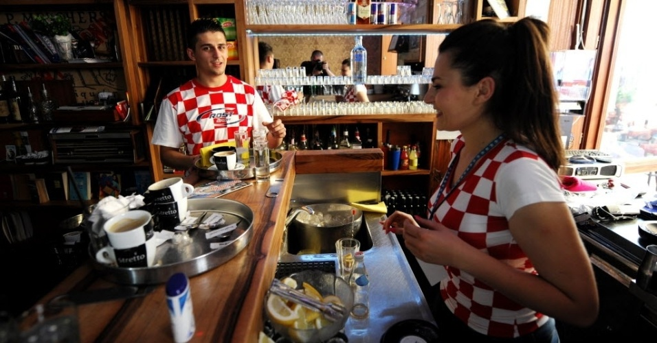 12.jun.2014 - Funcionários de um bar em Zagreb já vestem as cores da seleção da Croácia no dia da abertura da Copa; país enfrentará o Brasil no Itaquerão