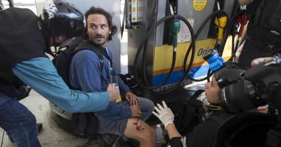 12.jun.2014 - Jornalista recebe atendimento médico após ter se machucado na cobertura dos protestos em São Paulo