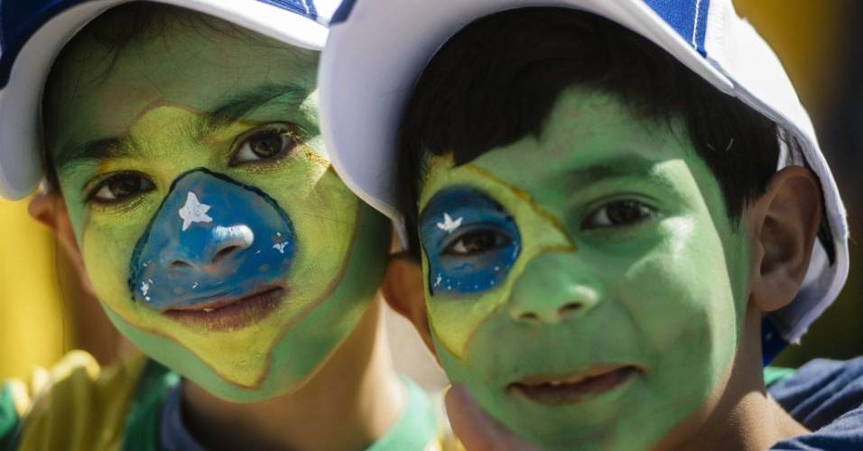 12.jun.2014 - Jovens torcedores fazem festa na chegada ao Itaquerão para o jogo de abertura da Copa