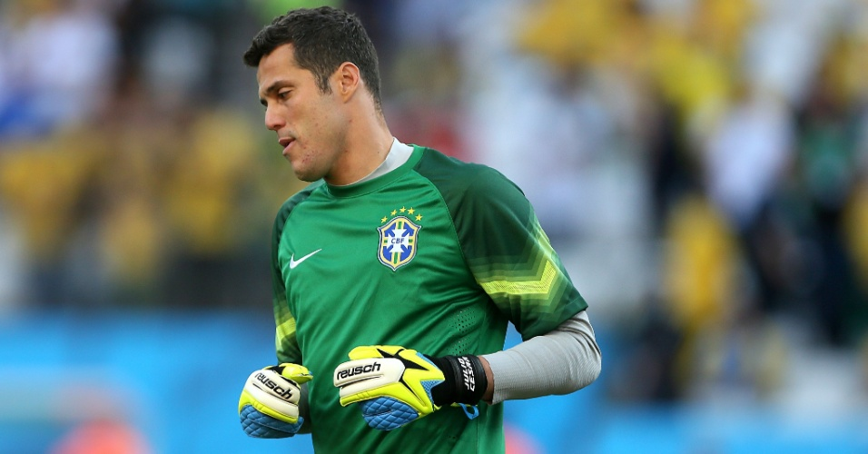12.jun.2014 - Julio César durante aquecimento antes da estreia do Brasil na Copa do Mundo