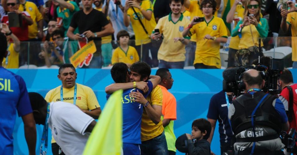 12.jun.2014 - Kaká abraça Neymar após cerimônia de abertura da Copa