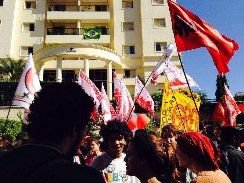 12.jun.2014 - Manifestantes fazem protestos contra a Copa do Mundo em frente à sede do Sindicato dos Metroviários em São Paulo