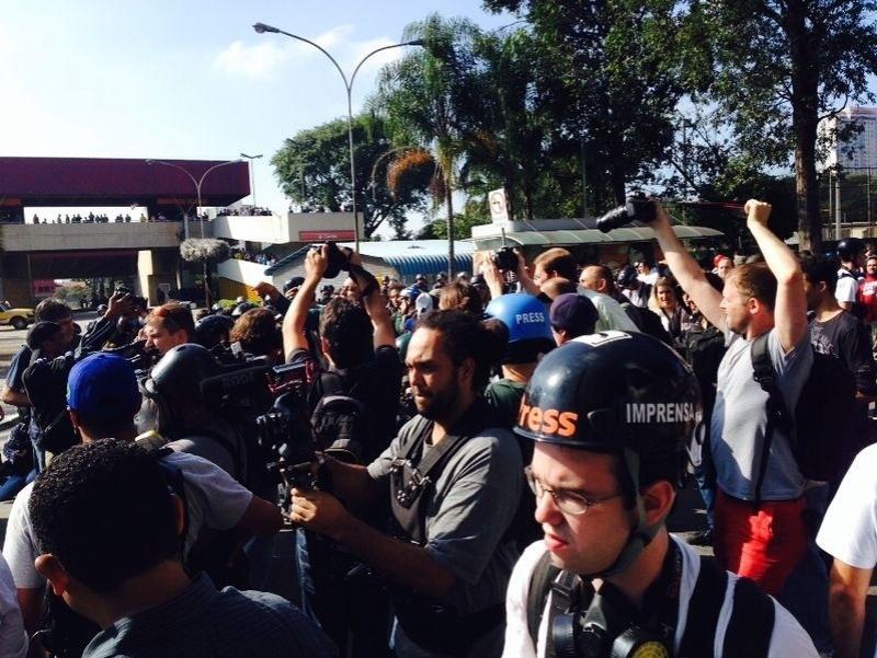 12.jun.2014 - Manifestantes se reúnem nas proximidades da estação Carrão do metrô para protestar contra a Copa