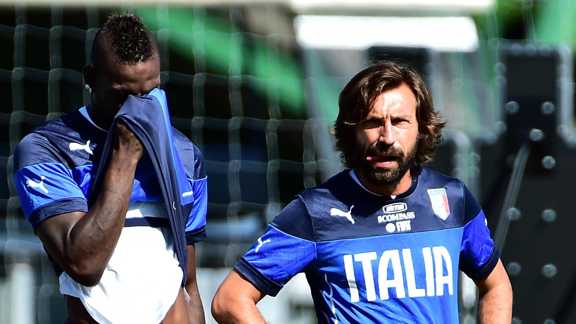 12.jun.2014 - Mario Balotelli e Pirlo participam de treino da Itália na cidade de Mangaratiba