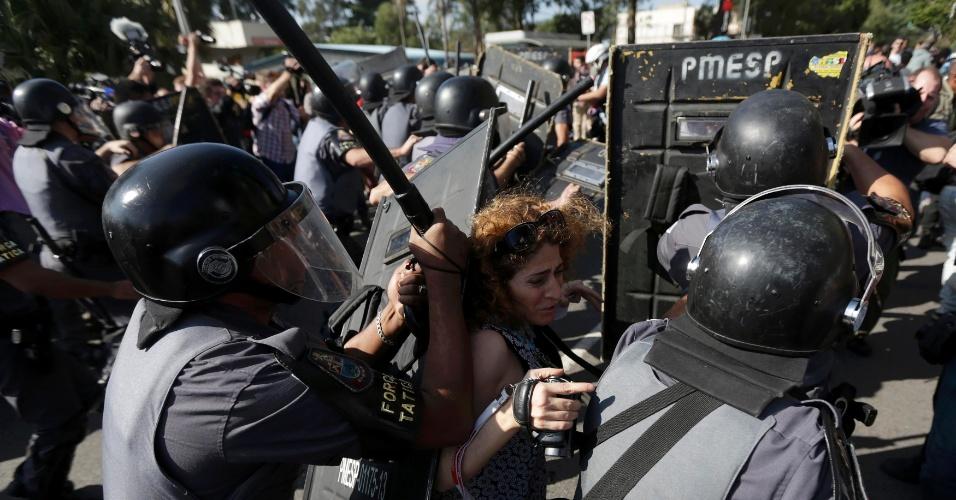 12.jun.2014 - Mulher é atingida por policiais durante protesto contra a Copa na Zona Leste de São Paulo