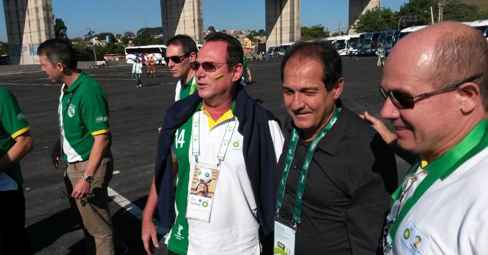 12.jun.2014 - Muricy Ramalho se junta aos torcedores e chega ao Itaquerão para acompanhar a abertura da Copa