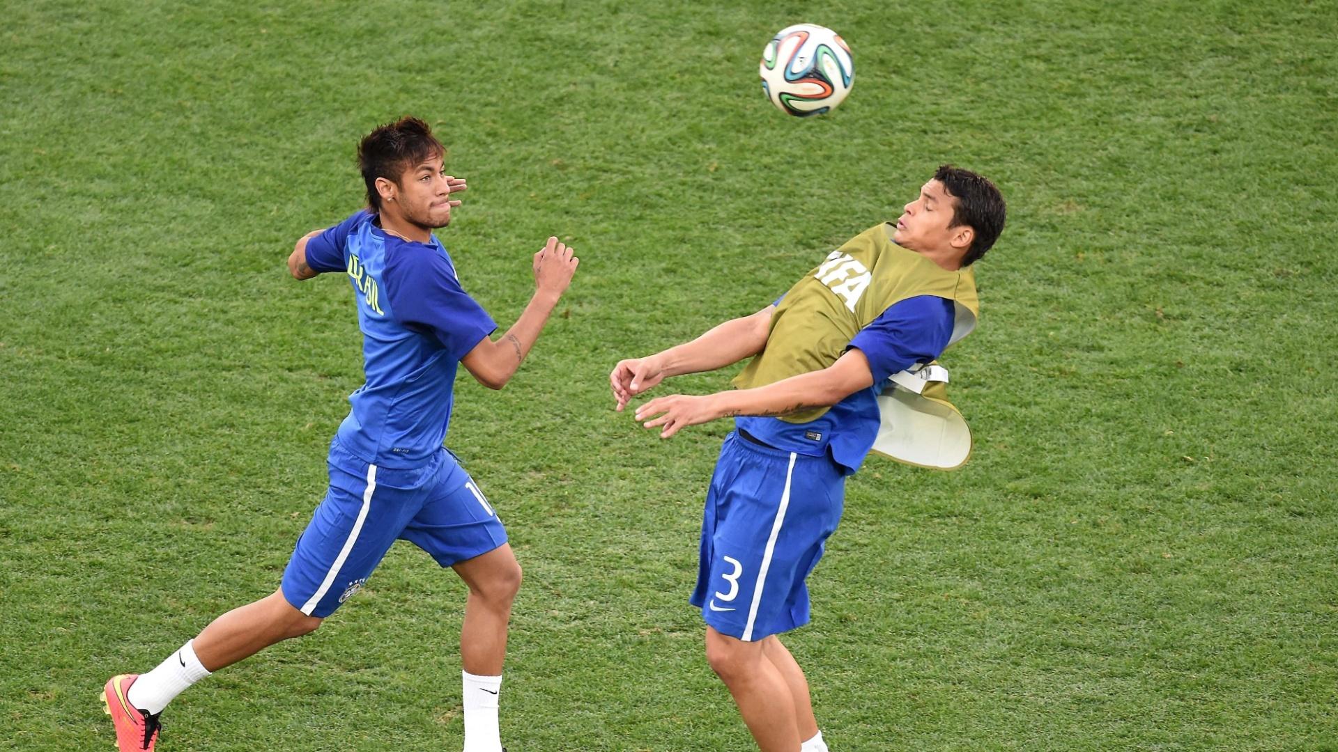 12.jun.2014 - Neymar e Thiago Silva durante aquecimento para a estreia na Copa contra a Croácia