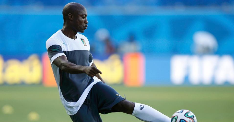 12.jun.2014 - Pierre Webo chuta bola durante treino da seleção de Camarões no estádio Arena das Dunas, em Natal