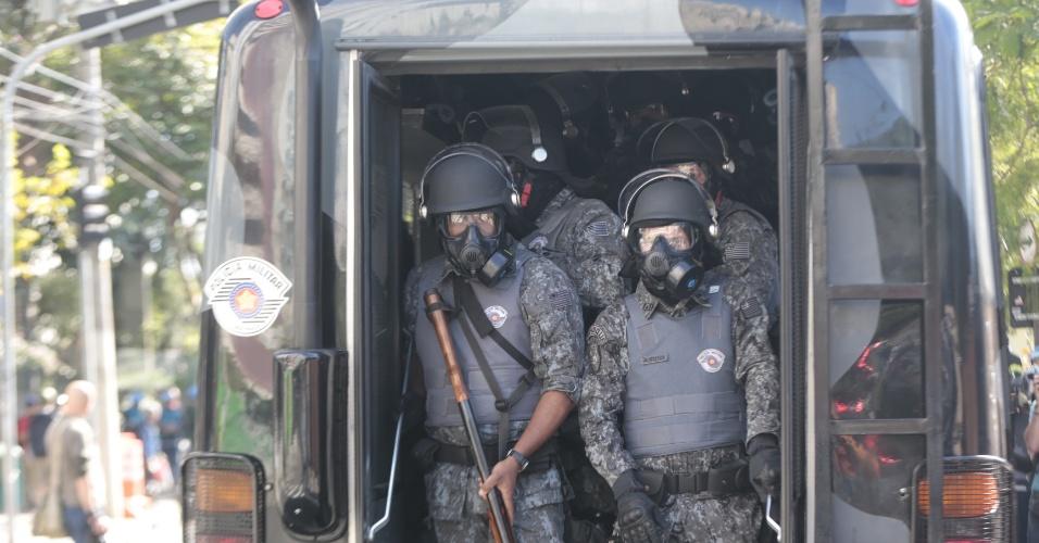 12.jun.2014 - Policiais chegam à Radial Leste para conter protesto contra a Copa do Mundo