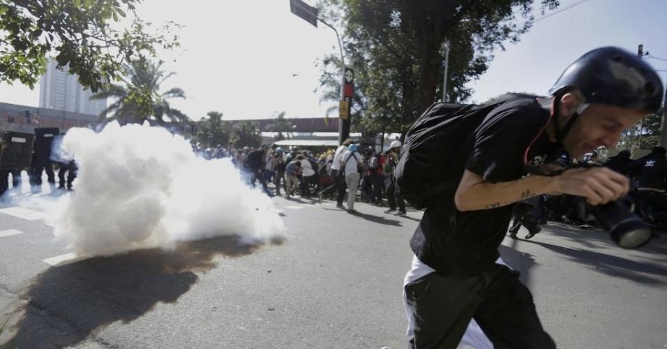 12.jun.2014 - Policiais usa bombas de efeito moral e tiros de borracha para tentar conter manifestantes do ato 'Se Não Tiver Direitos, Não Vai Ter Copa'