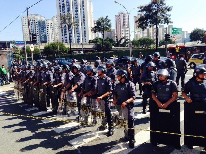 12.jun.2014 - Policias fecham a Radial Leste e fazem cordão de isolamento durante protesto contra a Copa do Mundo