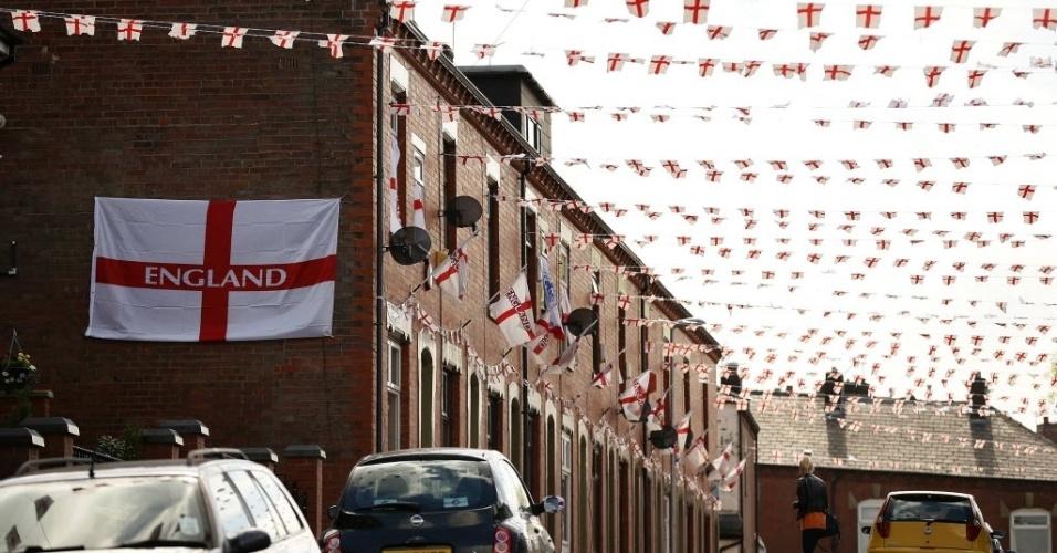 12.jun.2014 - Rua da cidade de Oldham, na Inglaterra, é tomada por bandeiras do país às vésperas do início da Copa do Mundo