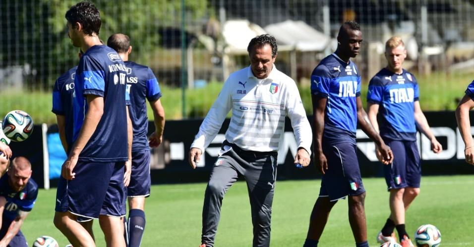 12.jun.2014 - Técnico Cesare Prandelli comanda treino da Itália em Mangaratiba, no Rio de Janeiro