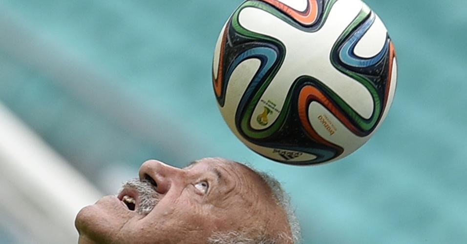 12.jun.2014 - Técnico espanhol Vicente Del Bosque controla a bola com a cabeça durante treinamento da Fúria na Arena Fonte Nova, em Salvador