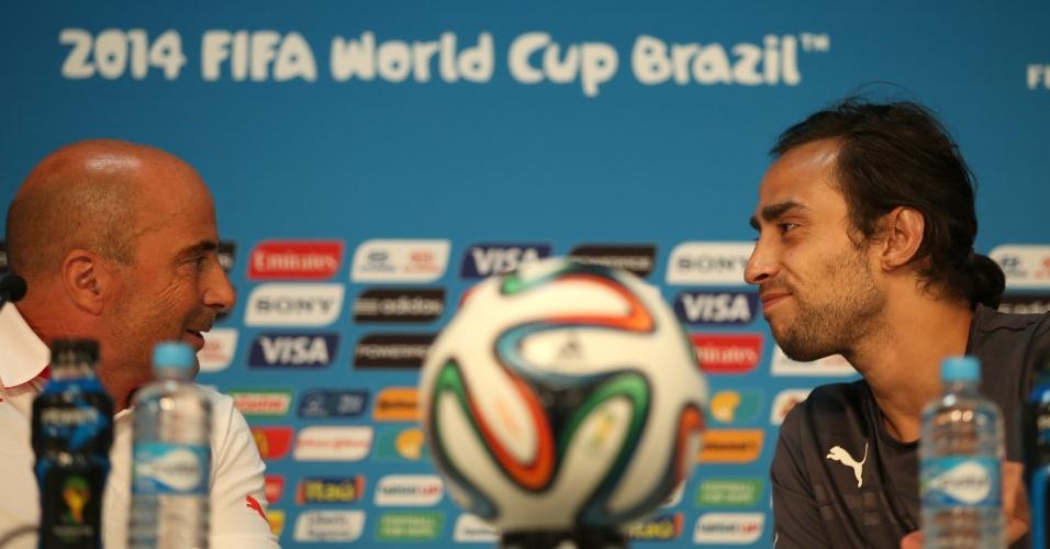 12.jun.2014 - Técnico Jorge Sampaoli e meia Valdivia conversam durante coletiva da seleção chilena, em Cuiabá