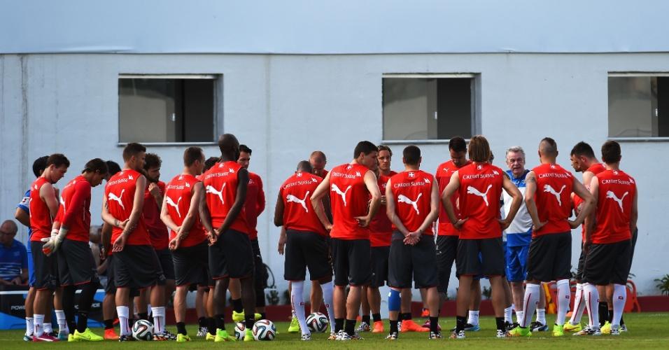 12.jun.2014 - Técnico Ottmar Hitzfeld conversa com o elenco da seleção da Suiça antes de treino, em Porto Seguro