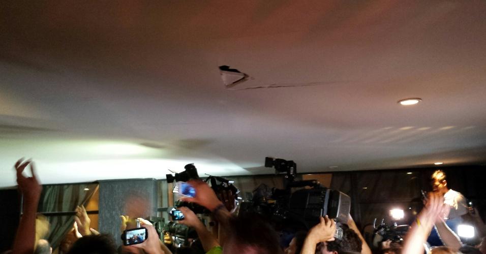 12.jun.2014 - Teto quebrado por torcedores do uruguai que invadiram hotel em Fortaleza