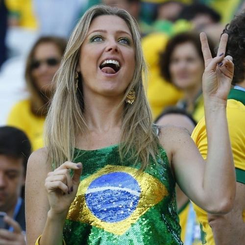 12.jun.2014 - Torcedora posa para foto no Itaquerão antes do jogo de abertura