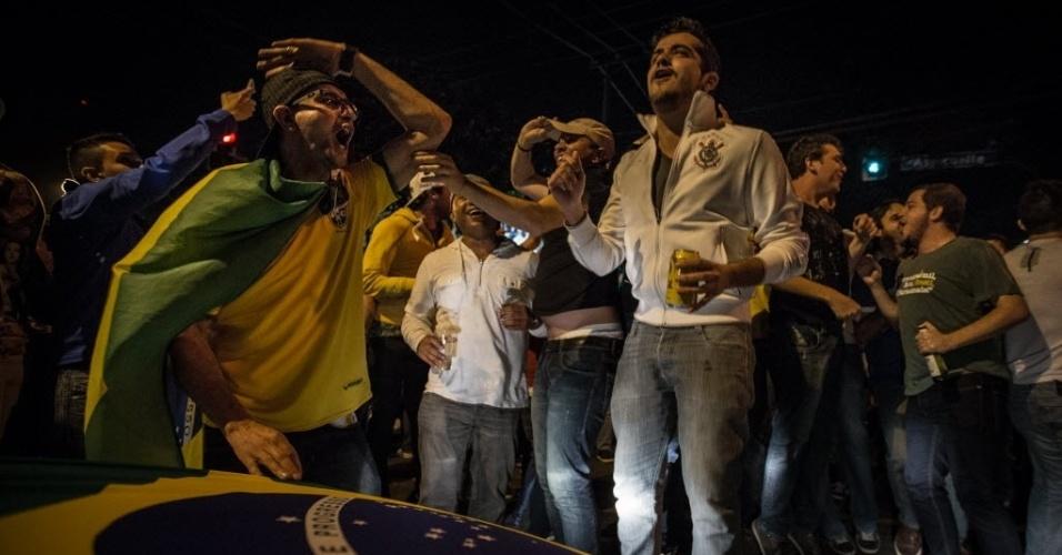 12.jun.2014 - Torcedores de várias nacionalidades invadiram as ruas da Vila Madalena, em São Paulo, e fizeram grande festa na madrugada da véspera da abertura da Copa do Mundo
