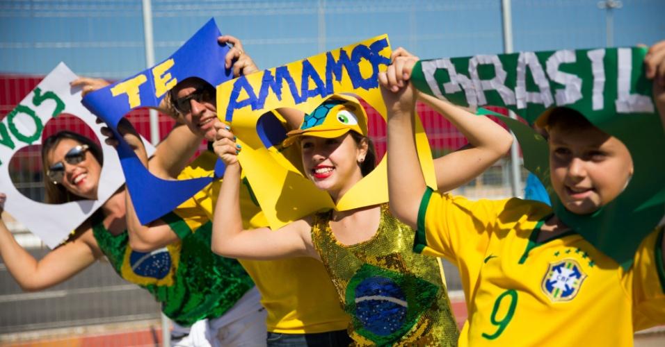 12.jun.2014 - Torcedores exibem cartazes e fazem festa na entrada do Itaquerão
