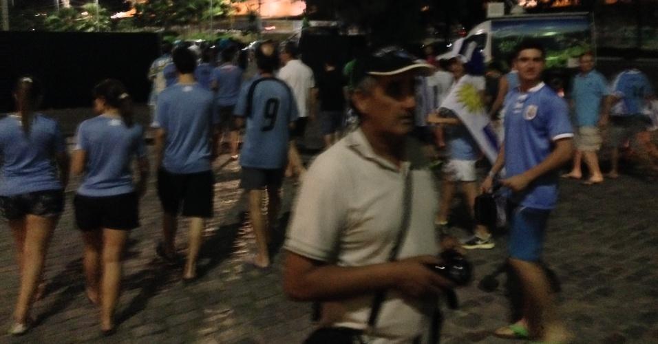 12.jun.2014 - Torcedores uruguaios precisaram ser retirados de hotel de Fortaleza por policiais