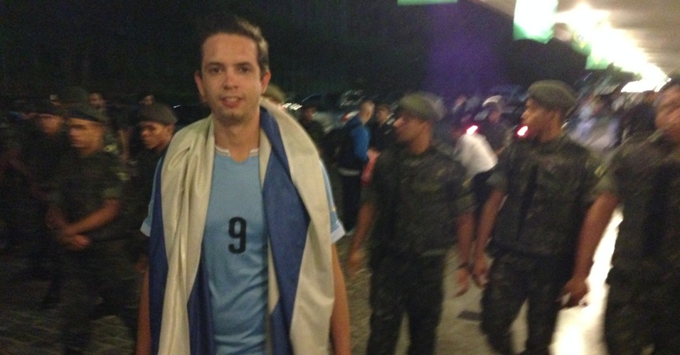 12.jun.2014 - Uruguaios precisaram ser retirados de hotel em Fortaleza por homens do Exército