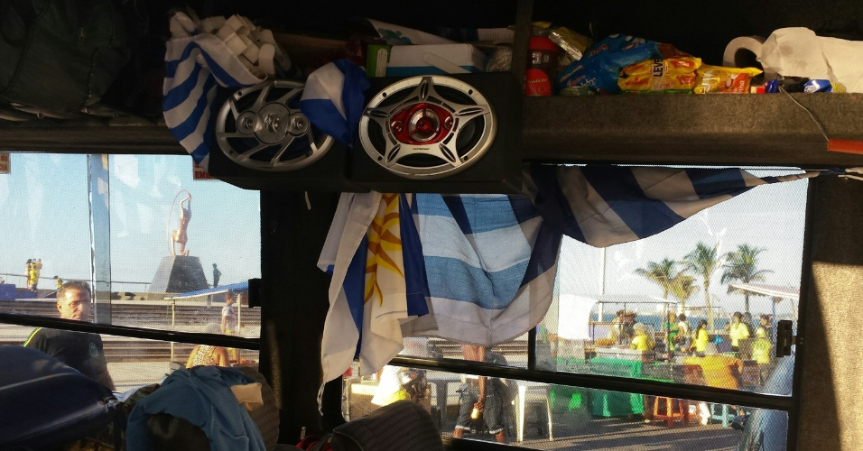 12.jun.2014 - Van dos torcedores uruguaios é toda enfeitada com objetos da seleção celeste