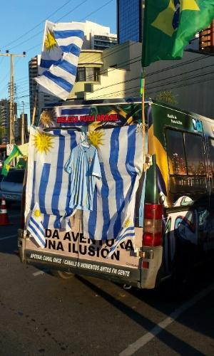 12.jun.2014 - Van montada pelos uruguaios é utilizada inclusive para dormir