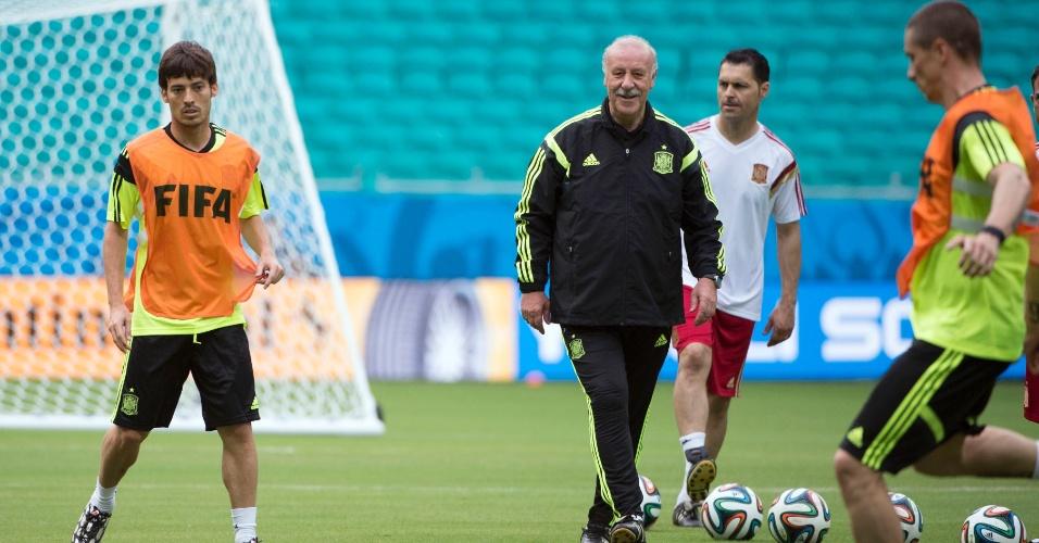 12.jun.2014 - Vicente Del Bosque comanda treinamento da seleção espanhola na Arena Fonte Nova, em Salvador