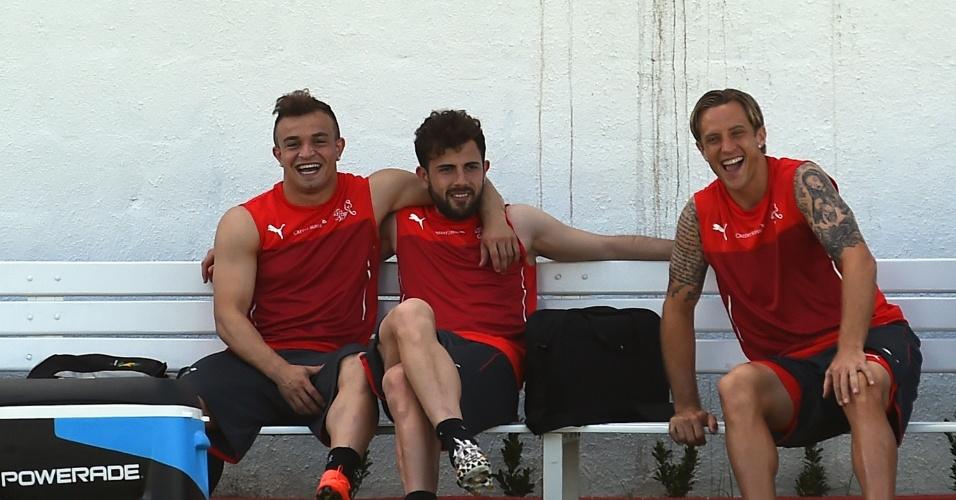 12.jun.2014 - Xherdan Shaqiri, Admir Mehmedi e Reto Ziegler sorriem durante treino da Suiça, em Porto Seguro