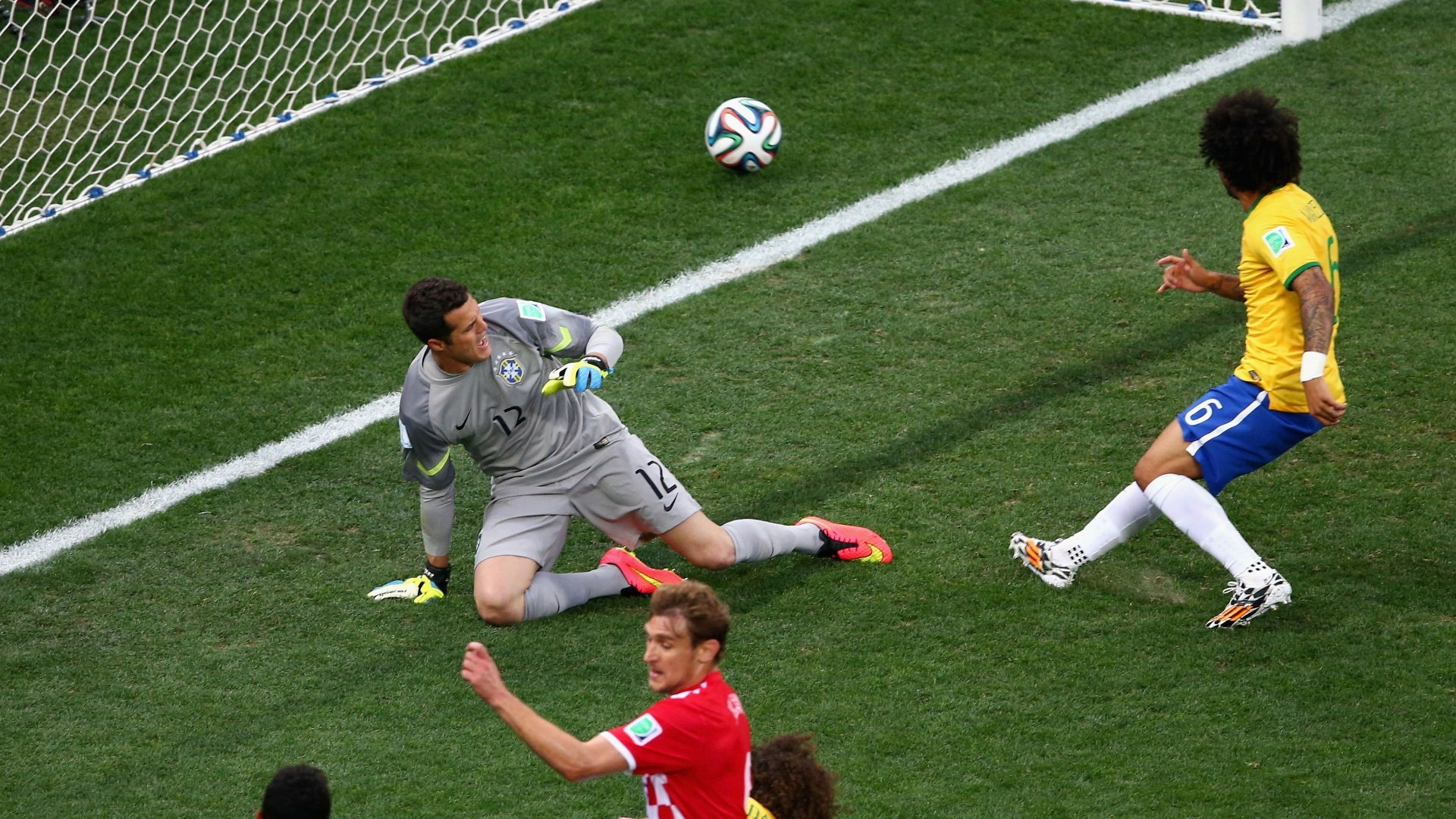 12.jun.2014 - Após cruzamento, Marcelo desvia a bola e faz gol contra, colocando a Croácia na frente do placar