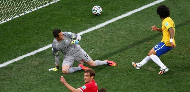 Marcelo corta o cruzamento e marca para a Croácia, no primeiro gol da Copa