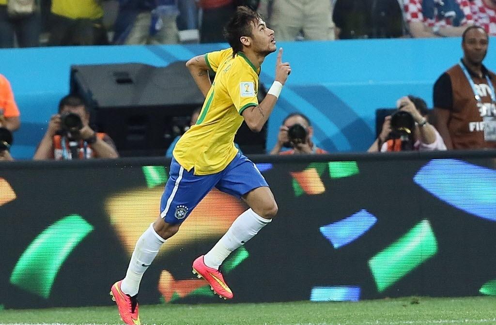 12.jun.2014 - Após empatar a partida contra Croácia, Neymar sai para comemorar no Itaquerão